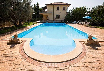 idee pavimenti esterni per bordo piscina e giardini
